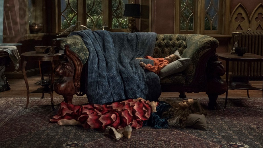 bed-for-the-night-the-haunting-of-hill-house-season-1-episode-5 (2)